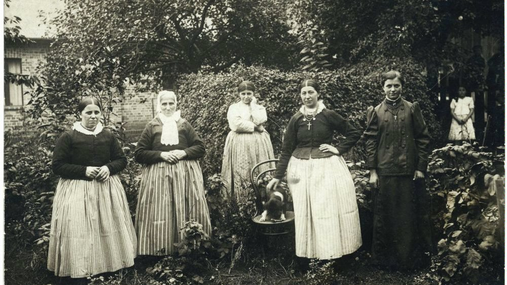 Bamberger women in everyday costumes