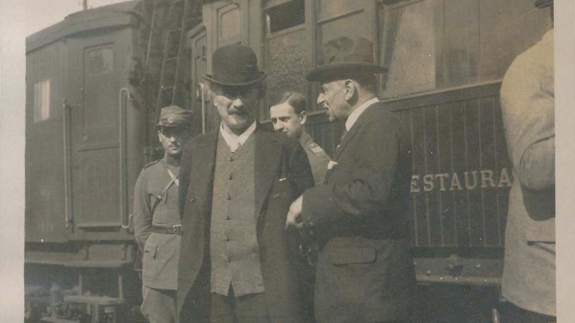 Four men (one of them Ignacy Jan Paderewski) standing in front of the train
