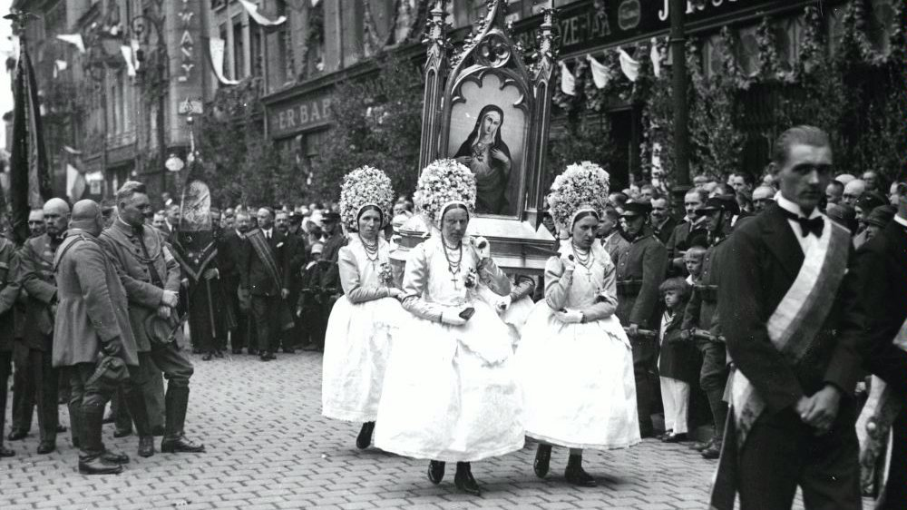 A Corpus Christi procession attended by Bamberger women carrying a feretory