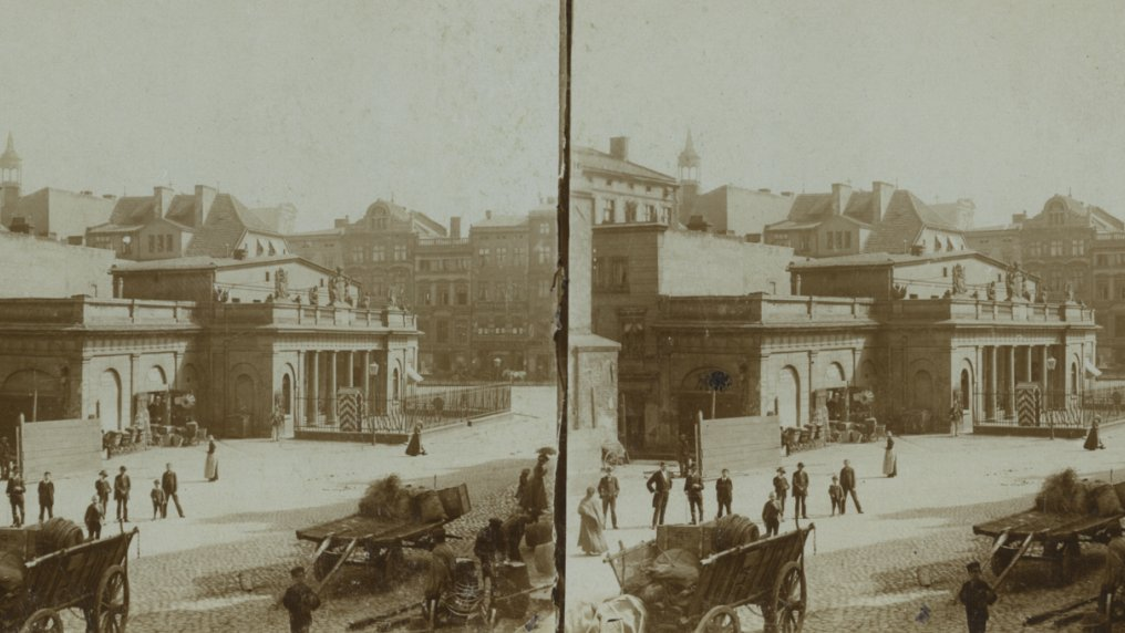 Stary Rynek (Old Market Square) with a view of the Guardhouse, late 19th/early 20th centuries. Courtesy of the University Library of Poznań
